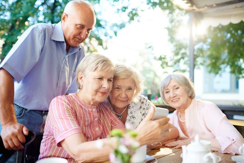 Bejaarde mensen die het net surfen stock fotografie