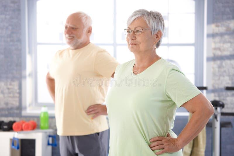 Bejaarde mensen die oefeningen doen royalty-vrije stock foto