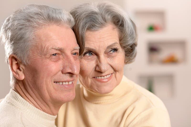 Bejaarde mensen die op laag zitten stock foto