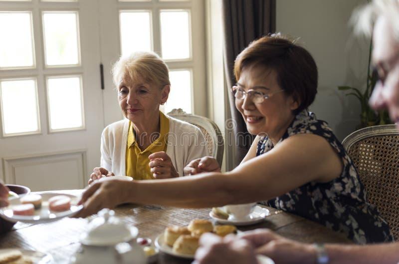 Bejaarde mensen die theekransje hebben samen royalty-vrije stock afbeelding