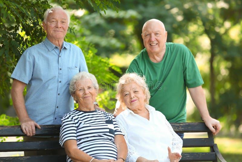 Bejaarde mensen die tijd samen doorbrengen stock foto