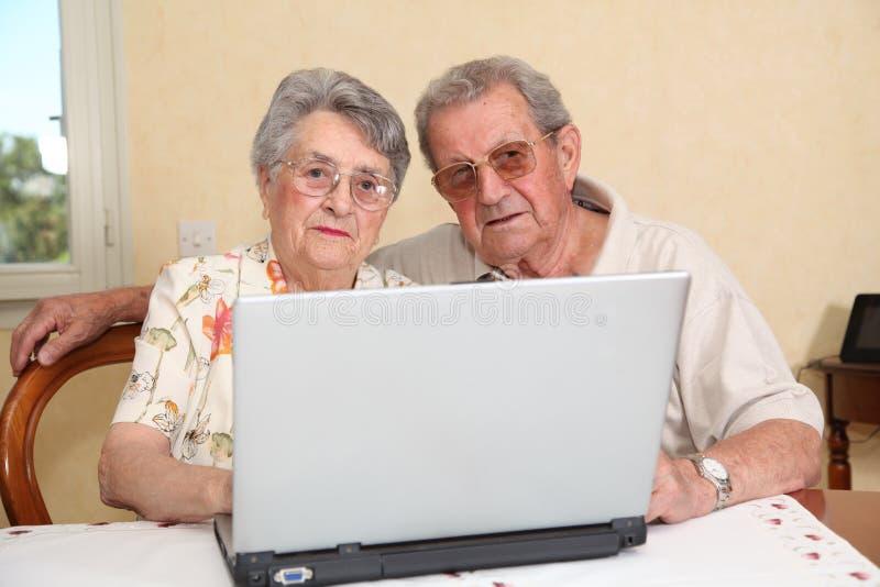 Bejaarde mensen en Internet technologie stock fotografie