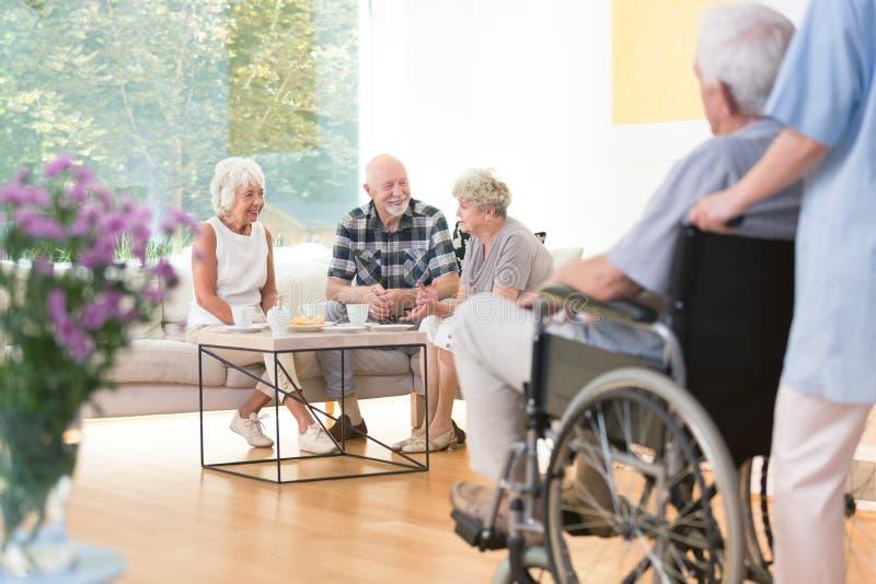 Bejaarde mensen in gemeenschappelijke ruimte royalty-vrije stock foto's