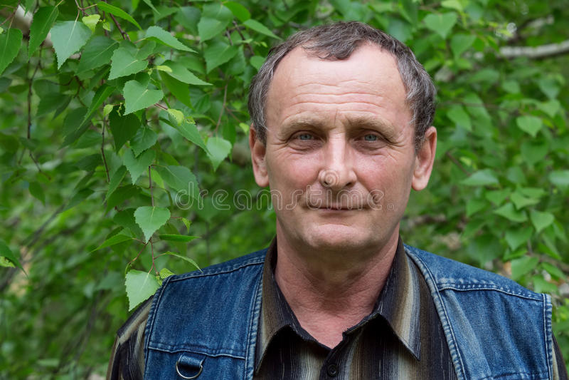 Bejaarde met een glimlach op zijn gezicht stock foto