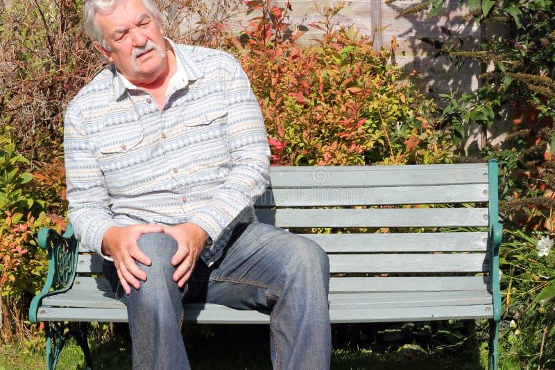 Bejaarde met een knieverwonding. royalty-vrije stock afbeeldingen