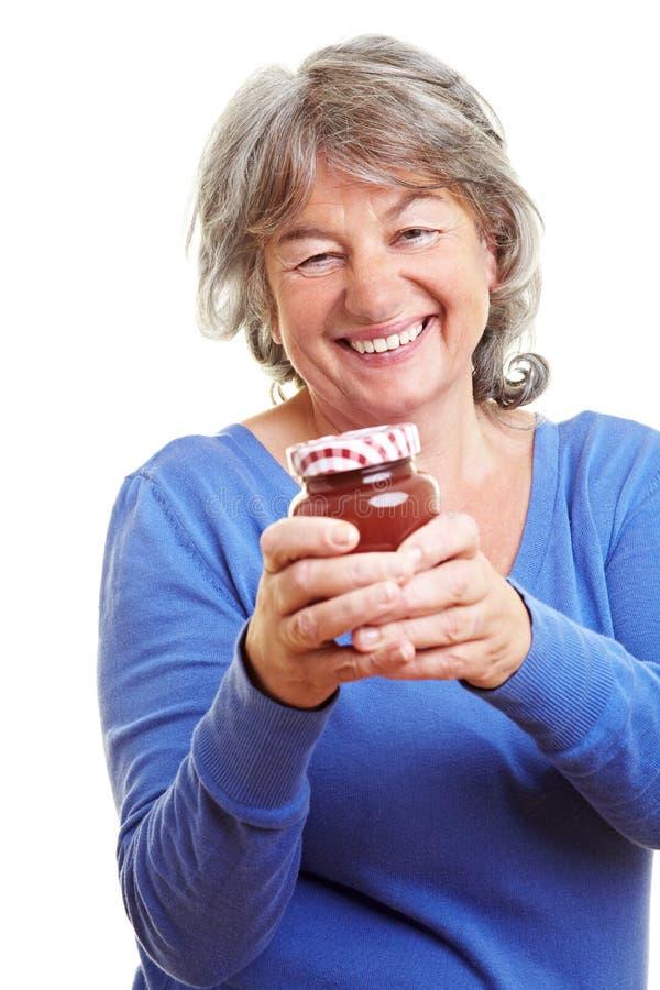 Bejaarde met eigengemaakte jam stock fotografie