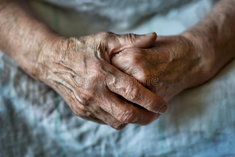 Bejaarde met gevouwen handen royalty-vrije stock fotografie