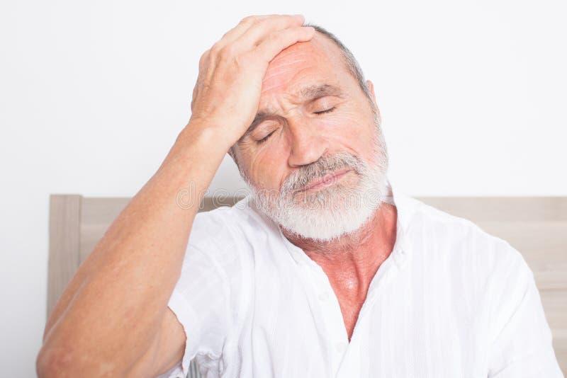 Bejaarde met hoofdpijn royalty-vrije stock foto's