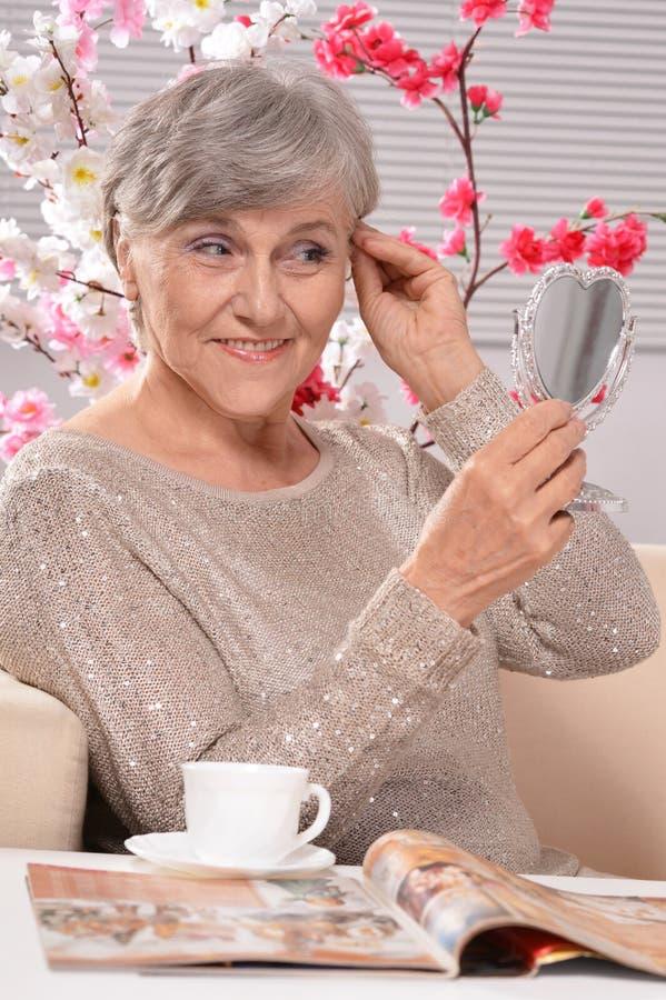 Bejaarde met spiegel royalty-vrije stock foto