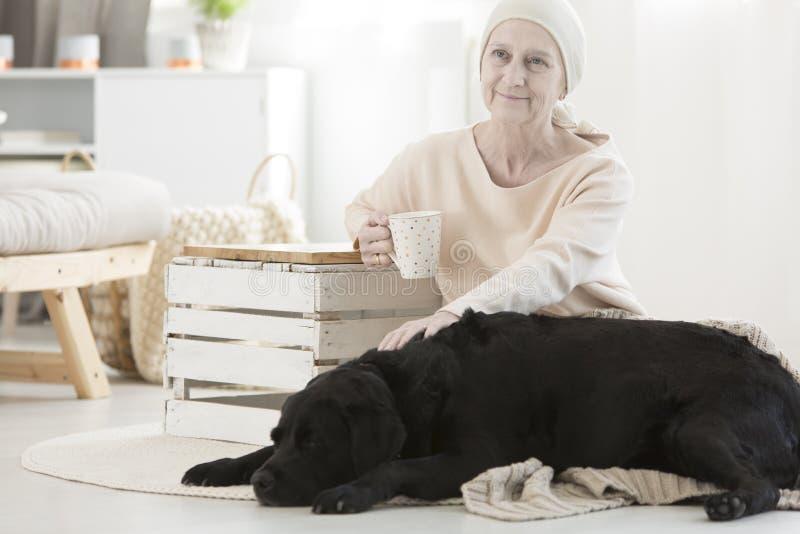 Bejaarde met tumor stock afbeelding