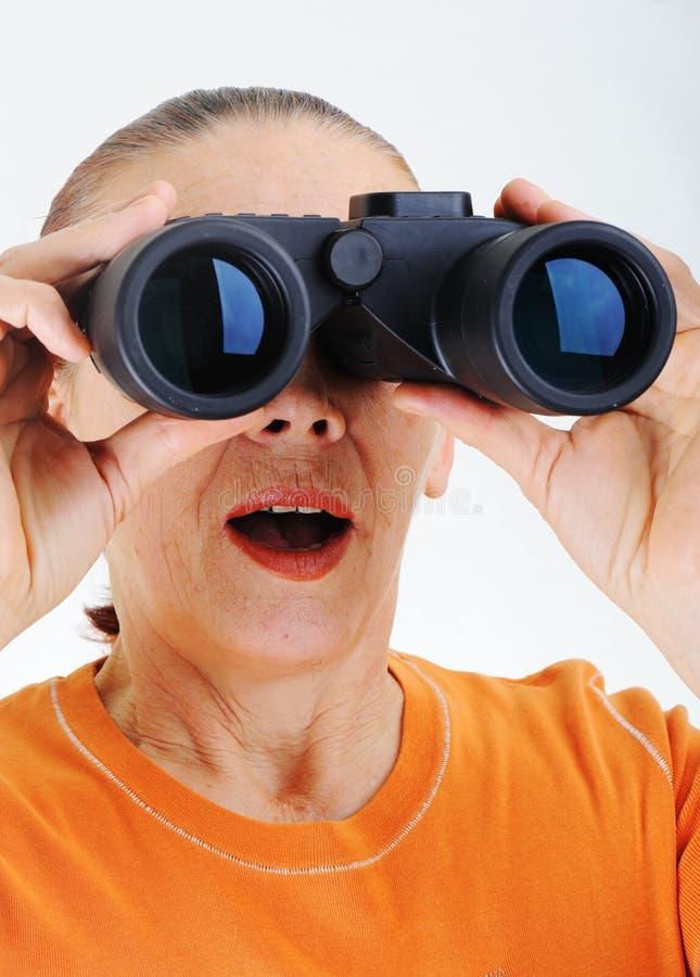 Bejaarde met verrekijkers stock foto's
