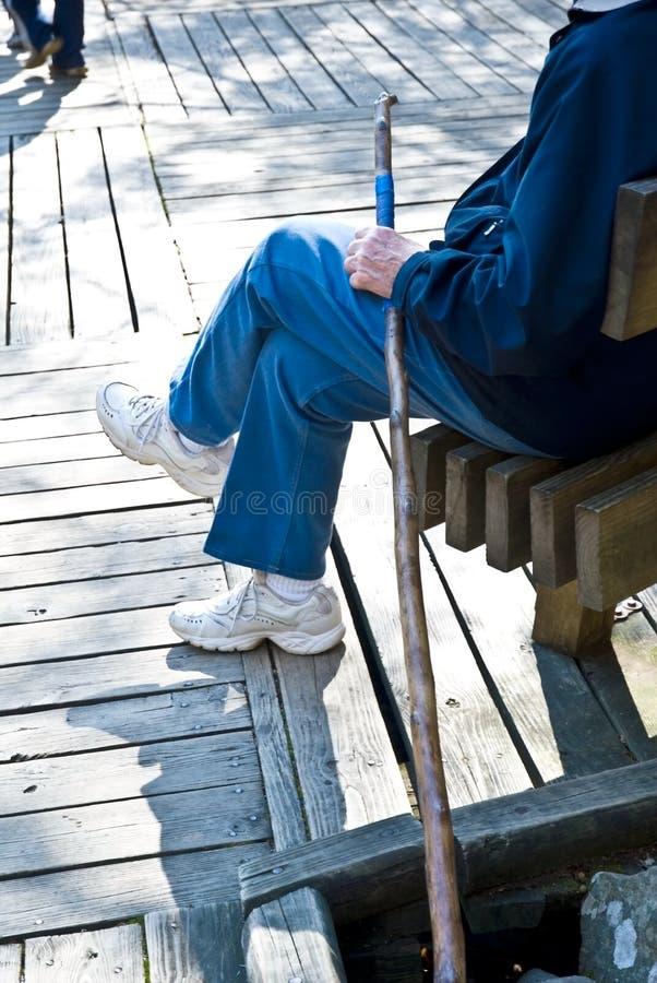 Bejaarde met Wandelstok stock afbeelding
