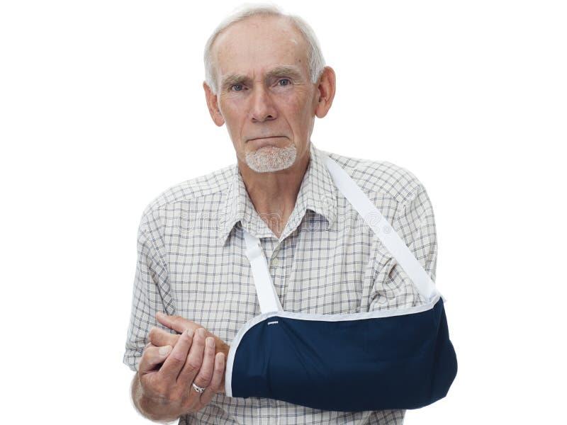 Bejaarde met wapen in slinger stock foto