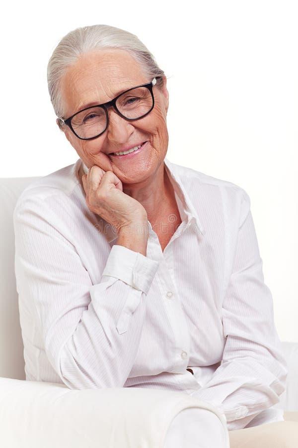 Bejaarde in oogglazen stock fotografie