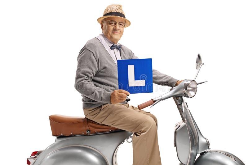 Bejaarde op de plaat van een uitstekende van de autopedholding leerling royalty-vrije stock foto's