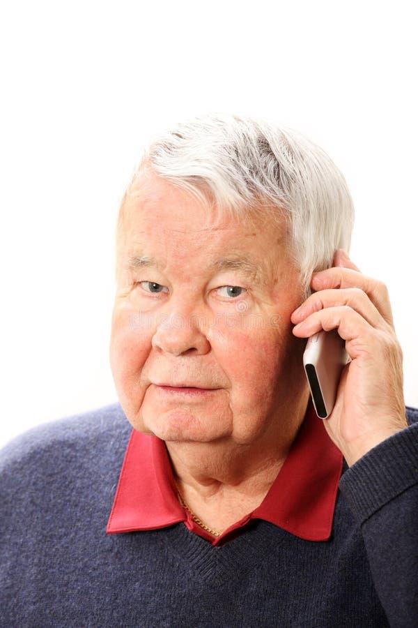 Bejaarde op de telefoon stock fotografie