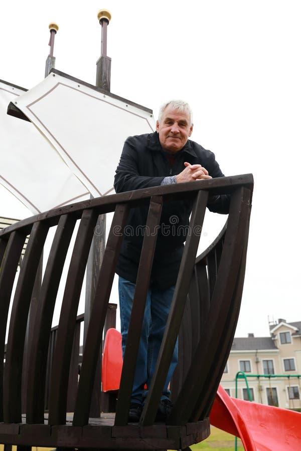 Bejaarde op houten kinderenschip royalty-vrije stock foto