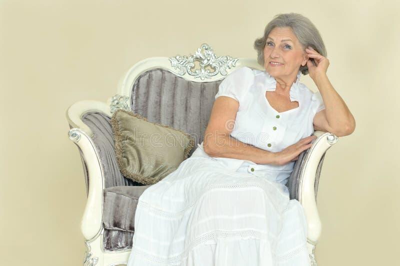 Bejaarde op uitstekende stoel royalty-vrije stock afbeeldingen