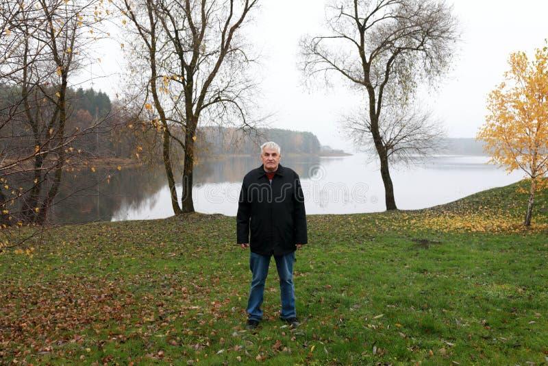 Bejaarde op Zaslavsky-Reservoirachtergrond stock afbeeldingen