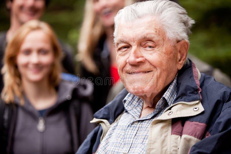 Bejaarde in openlucht stock fotografie