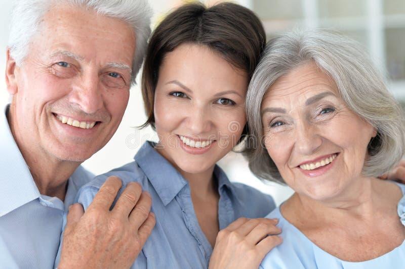 Bejaarde ouders en hun volwassen dochter royalty-vrije stock afbeeldingen