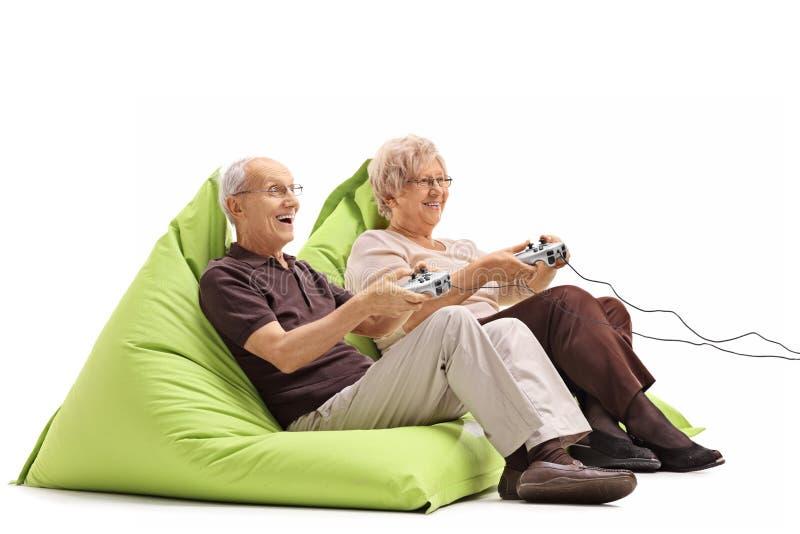 Bejaarde paar het spelen videospelletjes royalty-vrije stock afbeeldingen