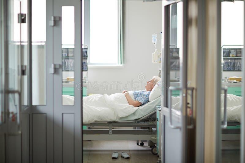 Bejaarde patiënt in het ziekenhuis royalty-vrije stock afbeelding