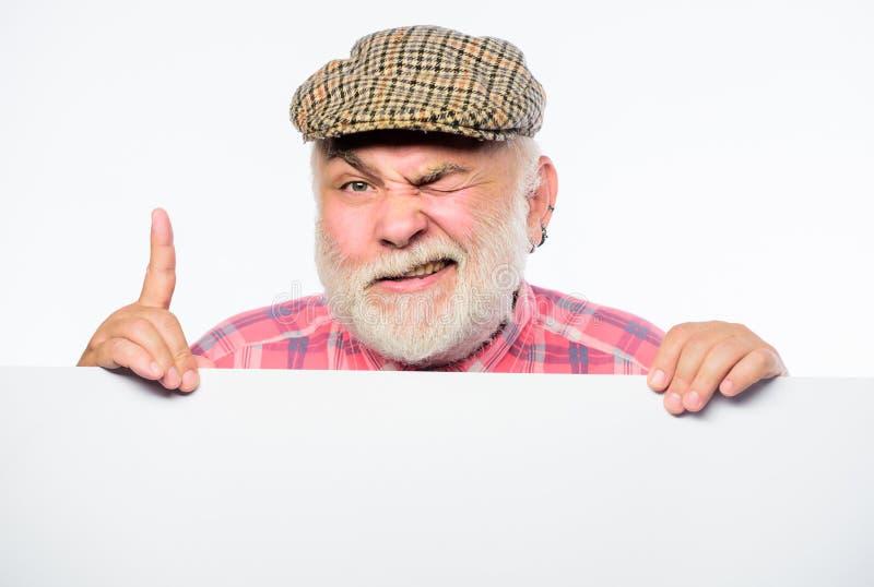 Bejaarde persoon De hogere gebaarde emotionele mens gluurt uit de aankondiging van de bannerplaats Gepensioneerdegrootvader in ui stock afbeeldingen