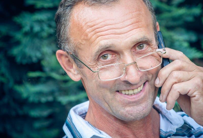 Bejaarde persoon met de mobiele telefoon royalty-vrije stock afbeeldingen