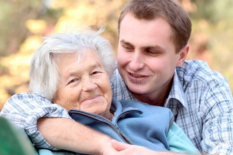 Bejaarde persoon met kleinzoon