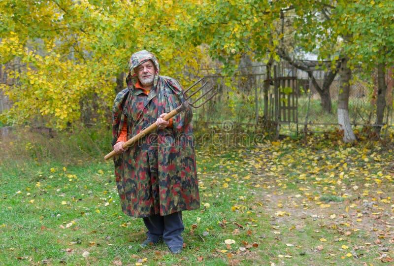 Bejaarde prettig verdedigt zijn boerderij royalty-vrije stock foto