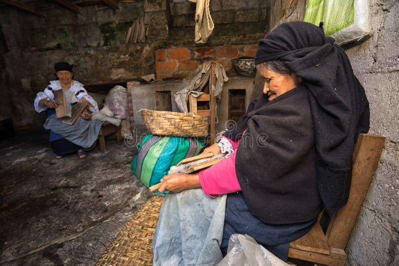 Bejaarde quechua vrouwen die natuurlijke wol met de hand kammen royalty-vrije stock afbeelding