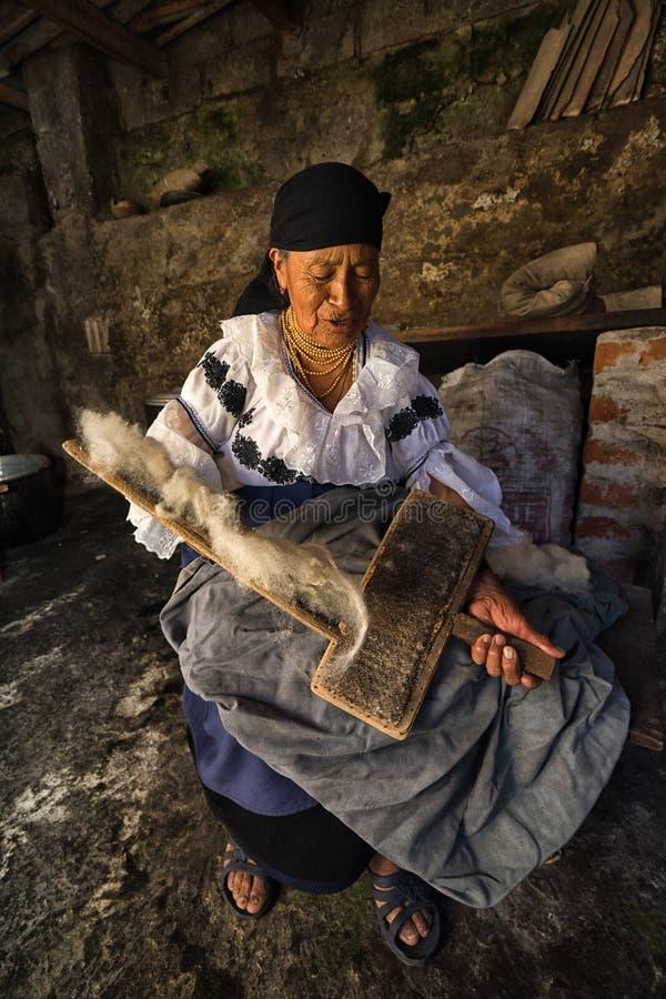 Bejaarde quechua vrouwen kamwol in Ecuador stock afbeelding