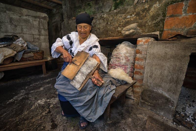 Bejaarde quechua vrouwen kamwol met de hand stock afbeelding