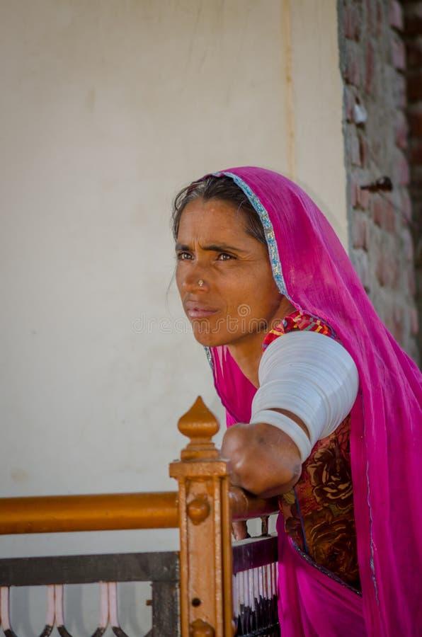 Bejaarde Rajasthani-vrouw die traditionele Sari dragen stock foto