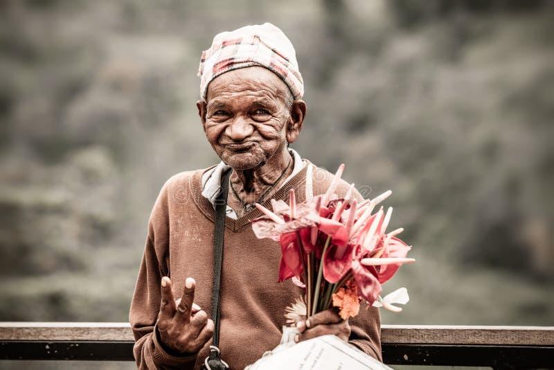 Bejaarde, straatventer in Sri Lanka royalty-vrije stock foto