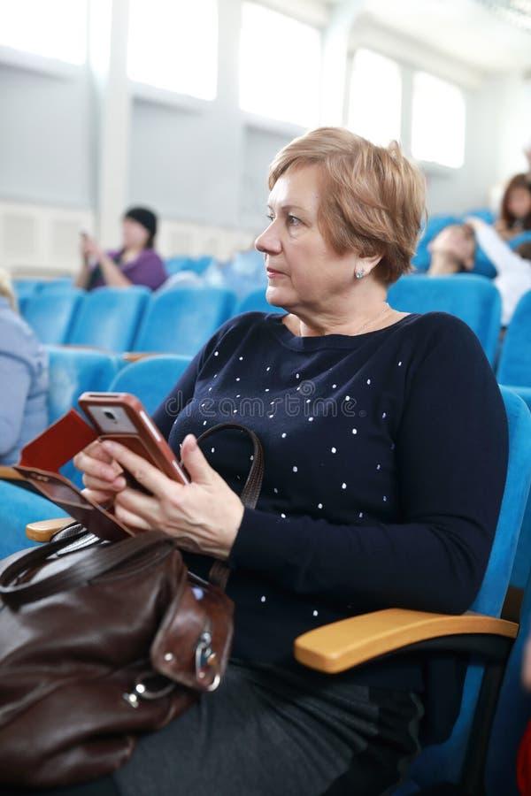 Bejaarde in theater stock afbeeldingen