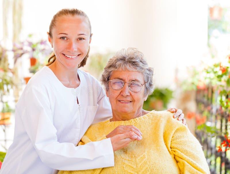 Bejaarde thuiszorg stock afbeeldingen