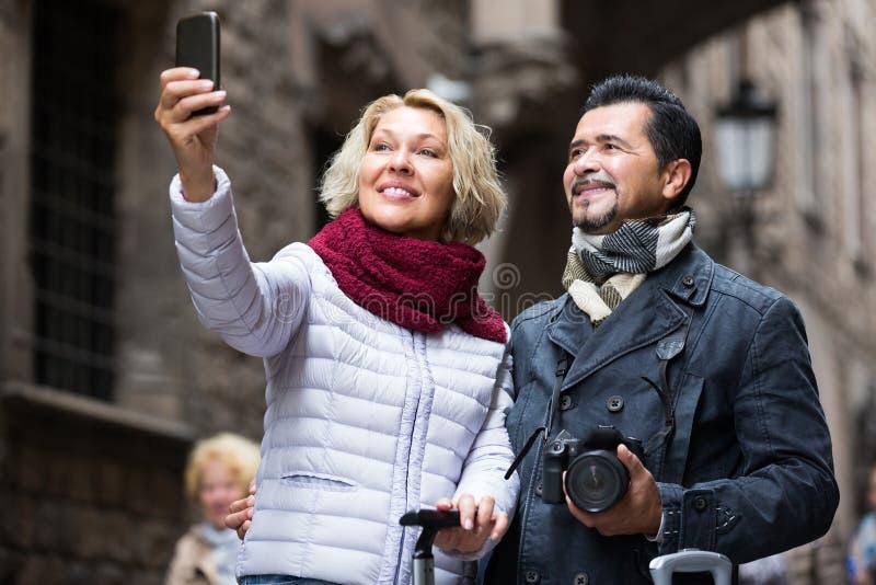 Bejaarde toeristen die selfie nemen royalty-vrije stock foto's