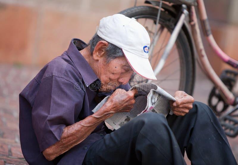 Bejaarde Vietnamese mens royalty-vrije stock afbeeldingen