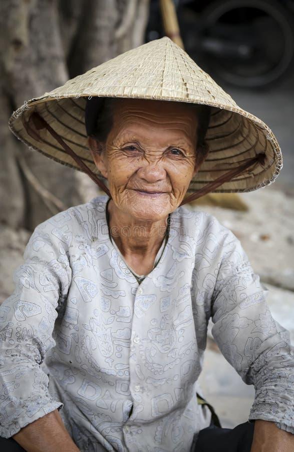 Bejaarde Vietnamese vrouw stock foto's
