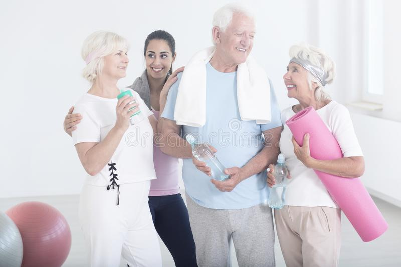 Bejaarde vrienden na fysische activiteiten royalty-vrije stock foto
