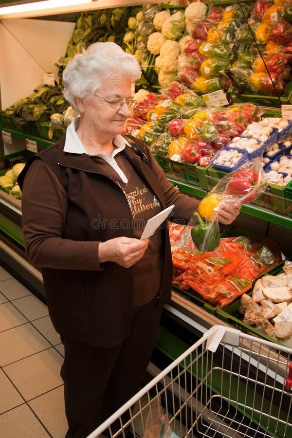 Bejaarde wanneer het winkelen voor voedsel stock foto's