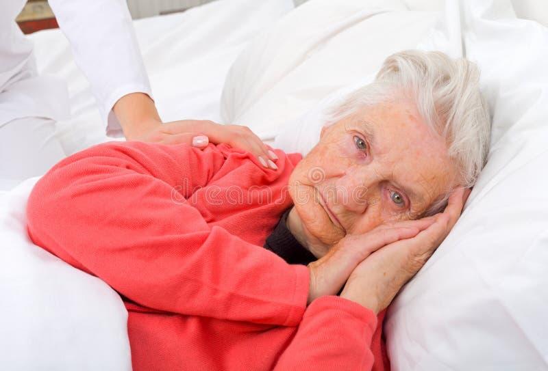 Bejaarde zieke vrouw stock fotografie