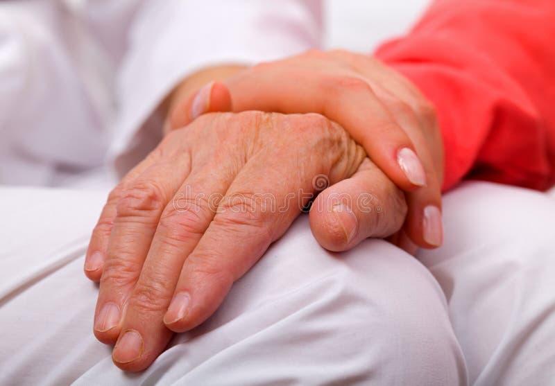 Bejaarde zorg stock afbeelding