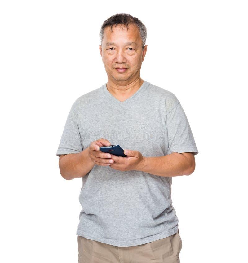Bejaardegebruik van de mobiele telefoon stock fotografie