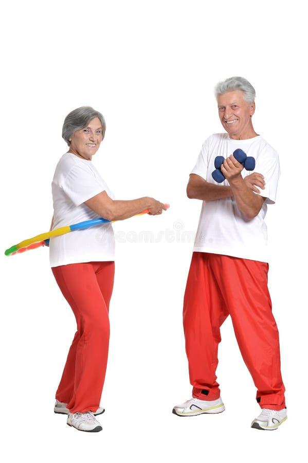 Bejaarden belast met sport op een wit stock foto