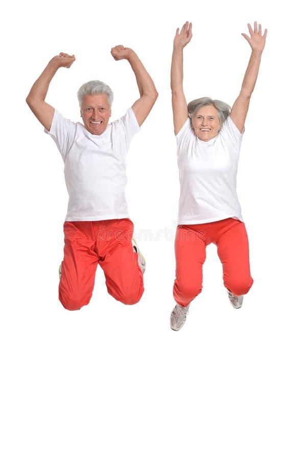 Bejaarden belast met sport op een wit stock afbeelding
