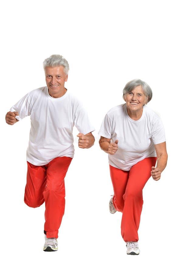 Bejaarden belast met sport op een wit royalty-vrije stock fotografie
