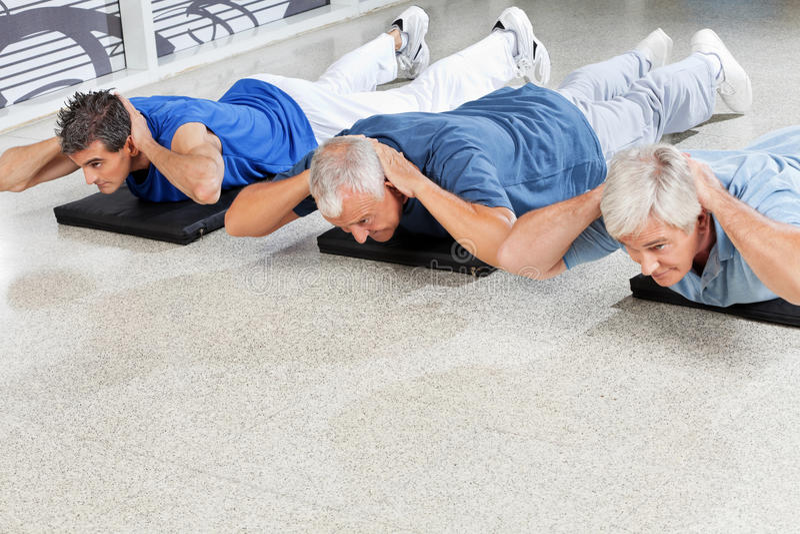Bejaarden die achteroefeningen doen royalty-vrije stock fotografie